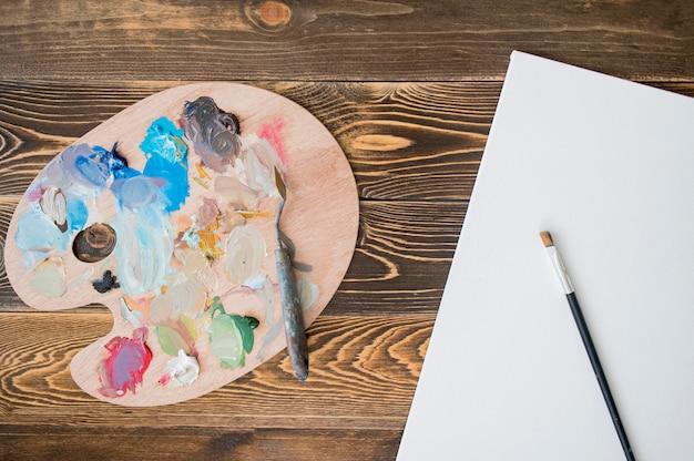 Bovenaanzicht van verf met palet en penseel