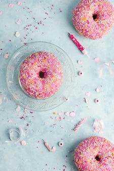 Bovenaanzicht van verjaardag donuts met hagelslag