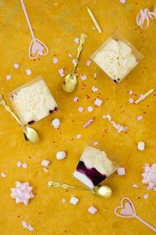Bovenaanzicht van verjaardagstaart met lint en marshmallow