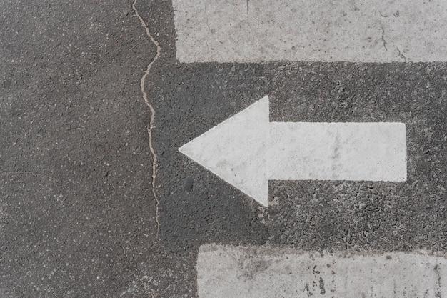 Bovenaanzicht van verkeersbord met pijl