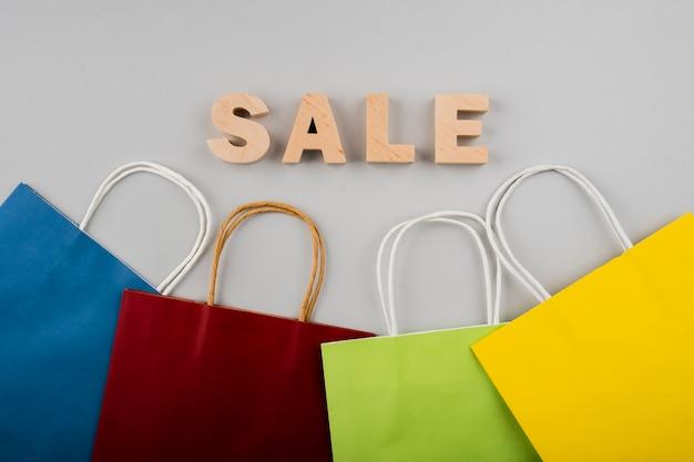 Bovenaanzicht van verkoop letters met veelkleurige tassen