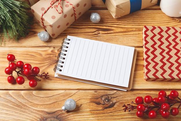 Bovenaanzicht van verpakte kerstcadeau dozen op houten oppervlak