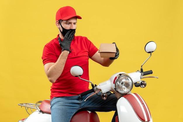 Bovenaanzicht van verrast verward bezorger uniform dragen en hoed handschoenen in medische masker zittend op scooter weergegeven: volgorde