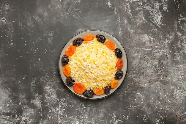 Bovenaanzicht van verre rijst witte plaat van rijst en gedroogd fruit