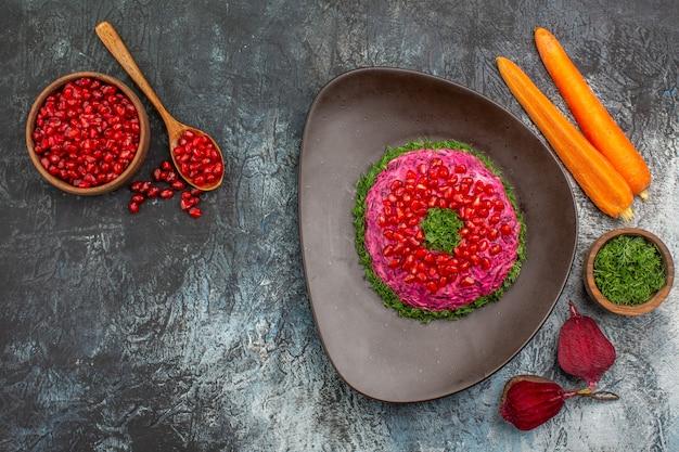 Bovenaanzicht van verre schotel een smakelijk gerecht kruiden zaden van granaatappel wortelen bieten