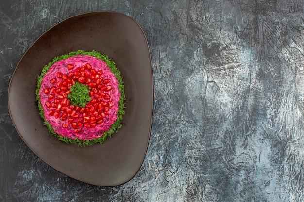 Bovenaanzicht van verre schotel plaat van een smakelijk gerecht met kruiden granaatappel zaden