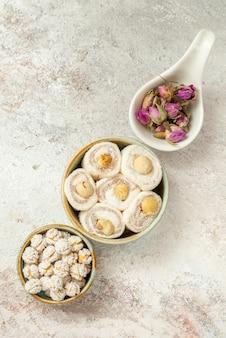 Bovenaanzicht van verre snoepjes drie kommen met verschillende snoepjes op tafel