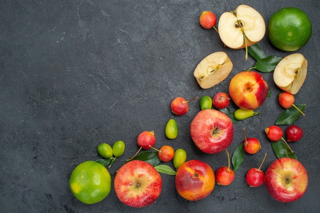 Bovenaanzicht van verre vruchten verschillende zoetigheden fruit en bessen op tafel