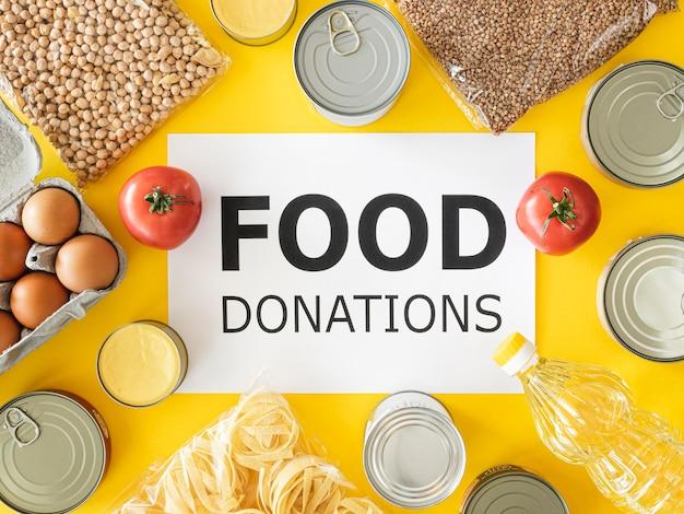 Bovenaanzicht van vers en ingeblikt voedsel voor donatie