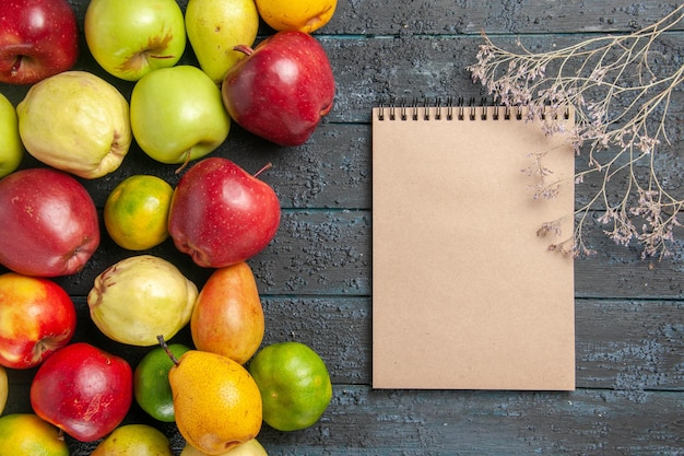 Bovenaanzicht van vers fruit, appels, peren en mandarijnen op donkerblauwe bureaufruit, rijpe boomkleur, zacht, veel vers