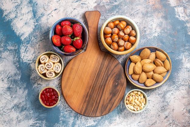 Bovenaanzicht van vers fruit met noten op blauwe ondergrond