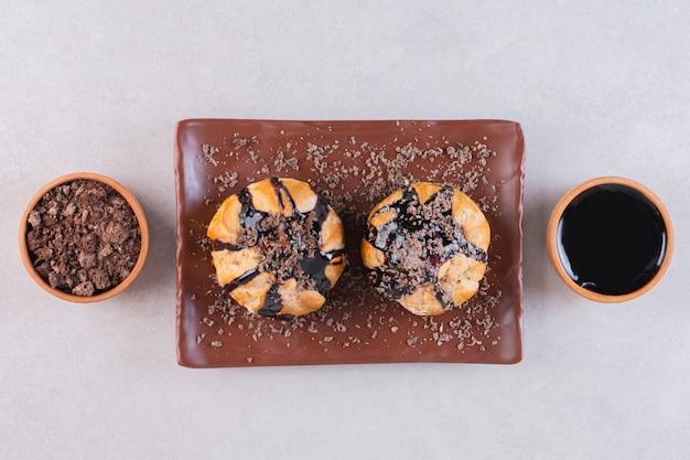 Bovenaanzicht van vers gebak met chocolade op wit