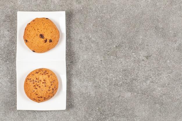 Bovenaanzicht van vers gebakken koekje op witte plaat.