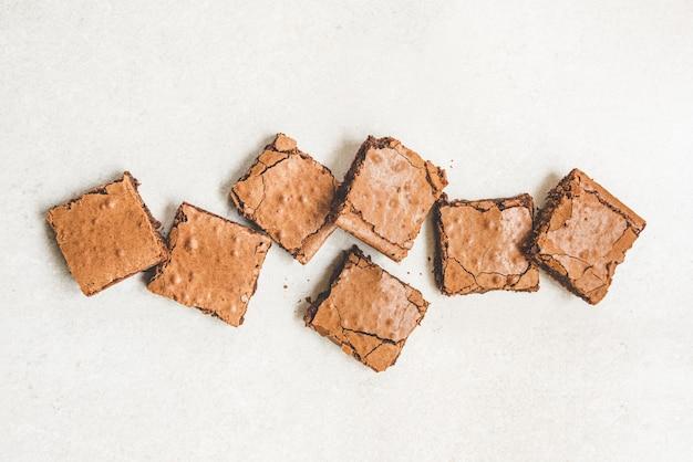 Bovenaanzicht van vers gebakken zelfgemaakte brownie cake