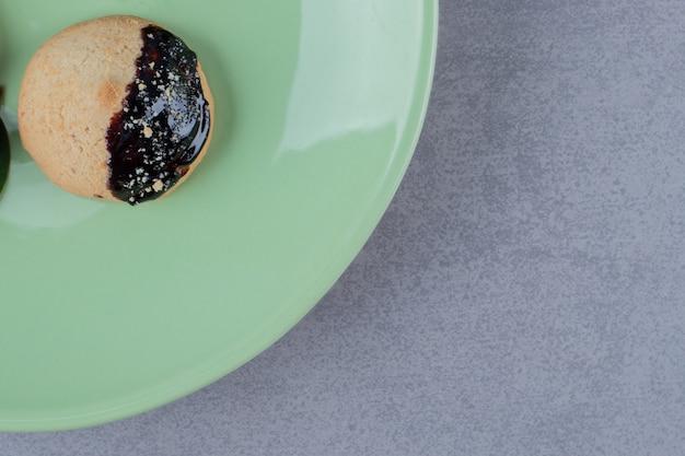 Bovenaanzicht van vers koekje op groene plaat