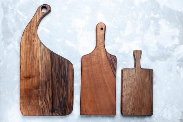 Bovenaanzicht van verschillend gevormd bureau, van hout op licht, bureau, bruin hout