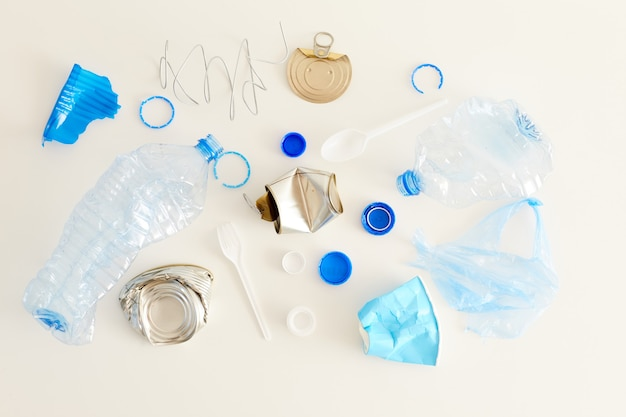 Bovenaanzicht van verschillende afvalitems gelegd in minimale samenstelling, afvalscheiding en recyclingconcept