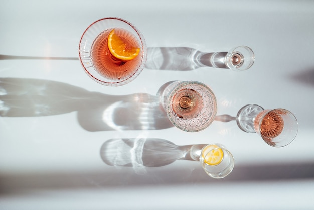 Bovenaanzicht van verschillende cocktails op een witte tafel