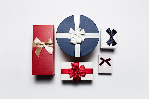 Bovenaanzicht van verschillende geschenkdozen geïsoleerd.