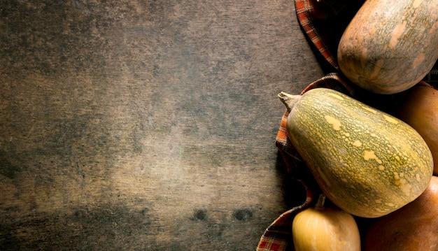 Bovenaanzicht van verschillende herfst squash met kopie ruimte