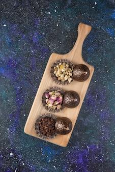 Bovenaanzicht van verschillende kruiden en specerijen op houten snijplank