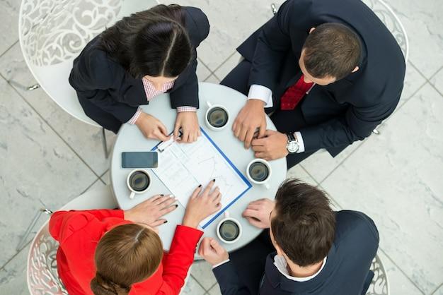 Bovenaanzicht van verschillende mensen uit het bedrijfsleven zijn van plan werkzaamheden.