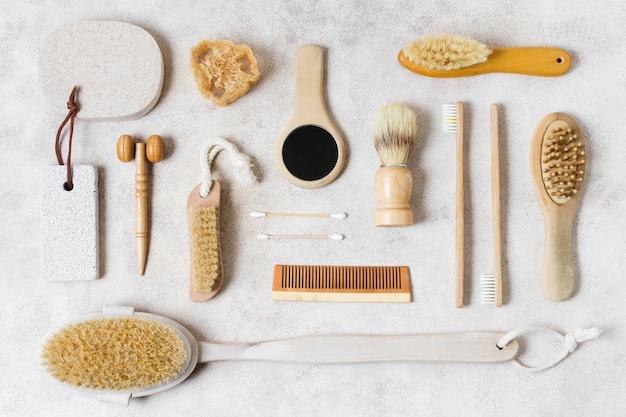 Bovenaanzicht van verschillende natuurlijke haarborstels en accessoires