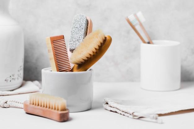 Bovenaanzicht van verschillende natuurlijke haarborstels in mok