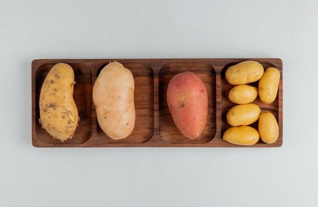 Bovenaanzicht van verschillende soorten aardappel op wit