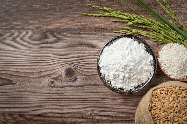 Bovenaanzicht van verschillende soorten producten van rijst plaats op houten vloer