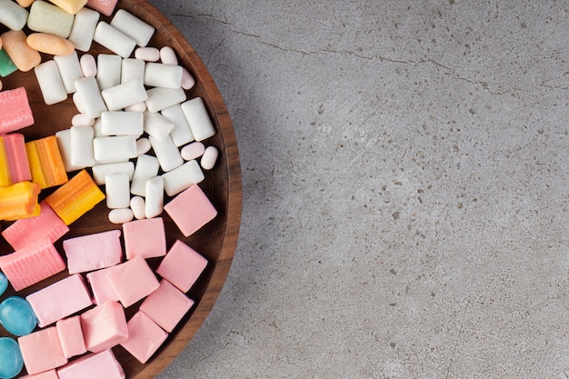 Bovenaanzicht van verschillende soorten tandvlees op houten dienblad