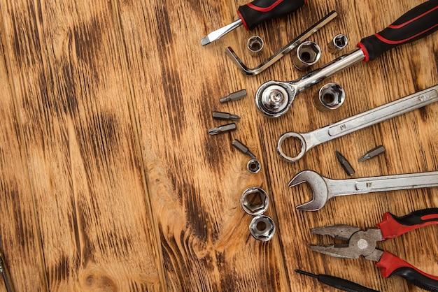 Bovenaanzicht van verschillende tools op houten