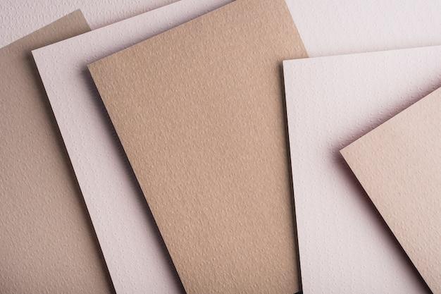 Bovenaanzicht van verschillende vellen papier