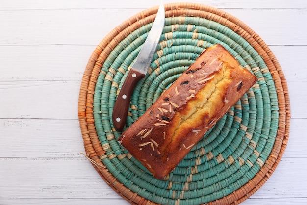 Bovenaanzicht van verse bakkerij cake op tafel