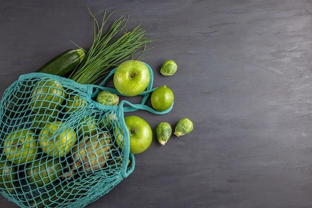 Bovenaanzicht van verse biologische groenten in groene kleur