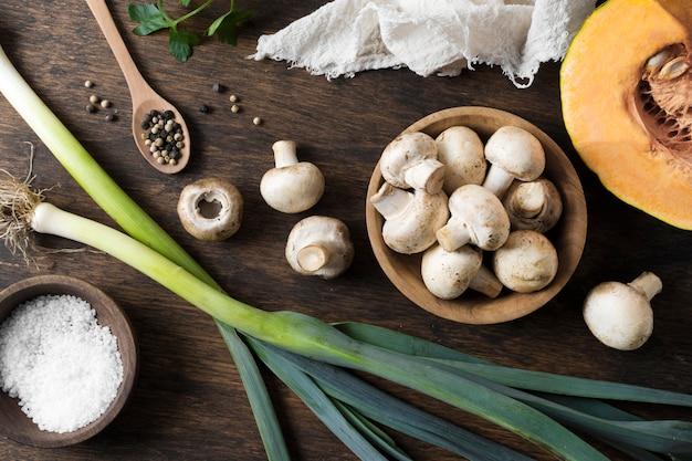 Bovenaanzicht van verse champignons regeling