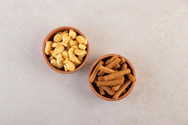 Bovenaanzicht van verse chips op houten kommen