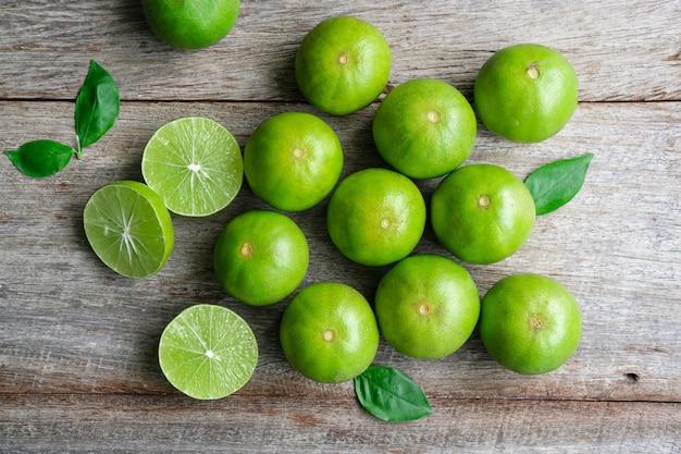 Bovenaanzicht van verse citrus citroen limoen op houten achtergrond.