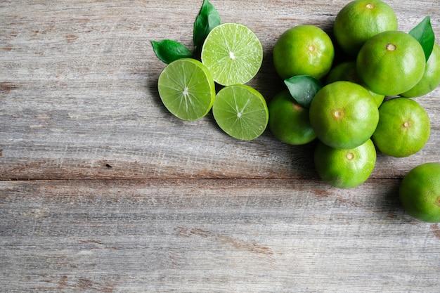 Bovenaanzicht van verse citrus citroen limoen