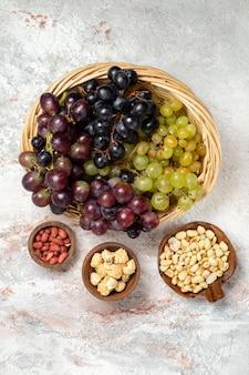 Bovenaanzicht van verse druiven met noten op witte ondergrond