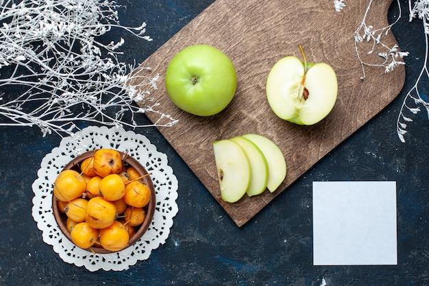 Bovenaanzicht van verse groene appels met zoete zachte kersen op donkerblauw, fruit vers zacht voedsel vitamine