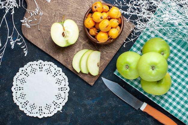 Bovenaanzicht van verse groene appels met zoete zachte kersen op donkere, fruit verse zachte voedselvitamine