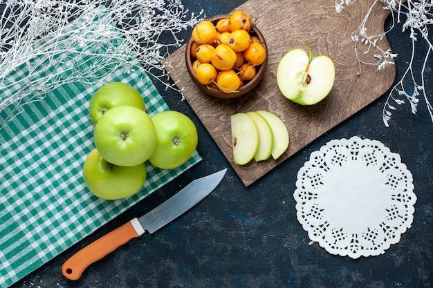 Bovenaanzicht van verse groene appels met zoete zachte kersen op een donker bureau, fruit, zachte voedselvitamine