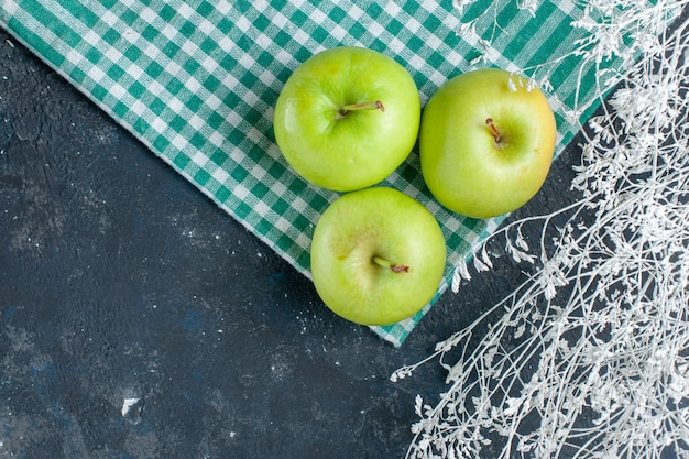 Bovenaanzicht van verse groene appels zacht en sappig zuur op donkerblauw, fruitbes gezondheid vitamine voedselsnack