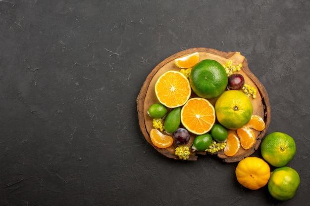 Bovenaanzicht van verse groene mandarijnen met feijoa's op dark