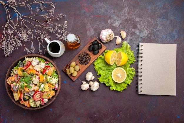 Bovenaanzicht van verse groente. salade met schijfjes citroen op zwart
