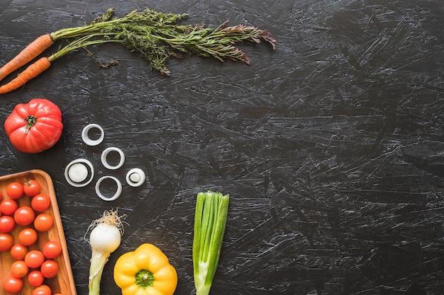 Bovenaanzicht van verse groenten op keuken aanrecht