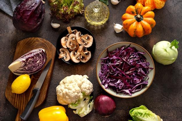 Bovenaanzicht van verse groenten op rustieke tafel