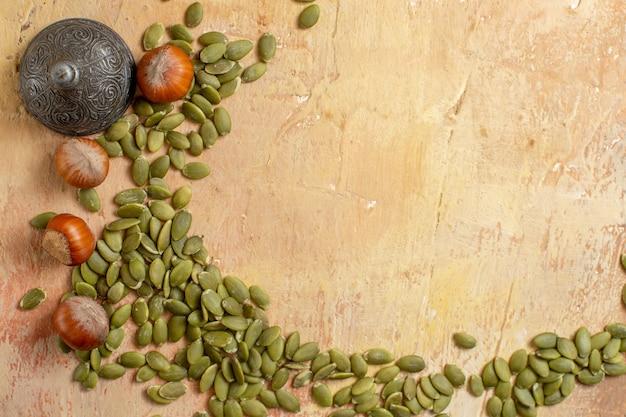 Bovenaanzicht van verse hazelnoten en zaden