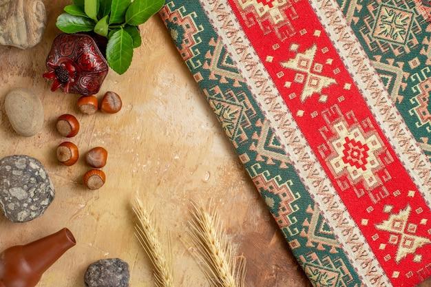 Bovenaanzicht van verse hazelnoten met gekleurd tapijt